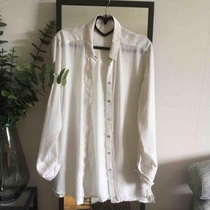 Blus-skjorta från Wera! Lätt genomskinlig i materialet. 40kr frakt✨