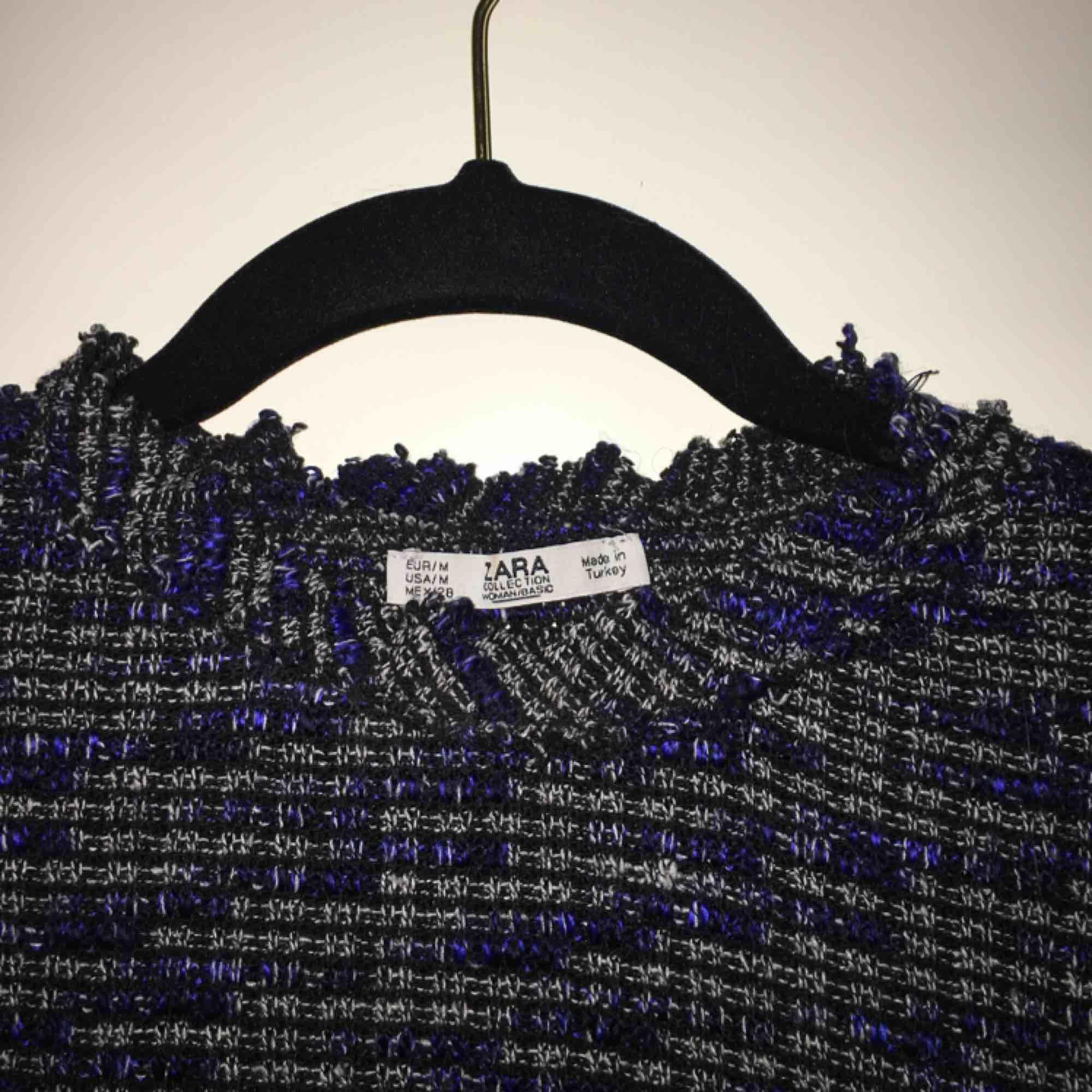 Super fin tröja från Zara i nyskick🦋🦋 storlek M men mer som en XS/S. Frakt tillkommer. Toppar.