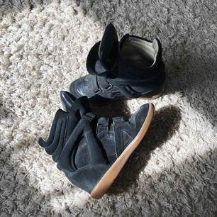 Jag säljer mina Isabel Marant skor, strl 37. Skorna är använda men är i fint skick! Jag köpte skorna på NK i Stockholm för 4500kr 2016. Kartong och dustbags finns:)