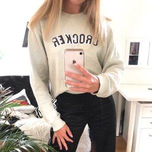 Så mjuk och härlig vintage tröja från märket Crocker! Är vanligtvis en S så den är oversize på mig. Kan mötas upp i Borås men frakt går mer än bra också, dock tillkommer fraktavgift! 💕💞