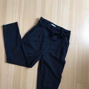 Jättesköna knytbara kostymbyxor från H&M. Säljer dem pga för stora för mig. Frakt ingår i priset!