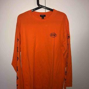 Orange long sleeve t-shirt använd endast ett fåtal gånger. Möts upp i Stockholm