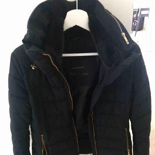 Helt oanvänd höst/vinter jacka från Zara.  Marinblå med guldiga dragkedjor.  Päls på insidan av kragen.