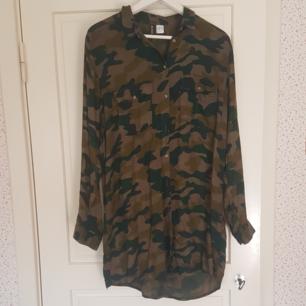 En lång och tunn kamouflageskjorta som är i bra skick. Jag har använt den några gånger. Kan mötas upp i Norrtälje eller Uppsala annars står köparen för frakten.