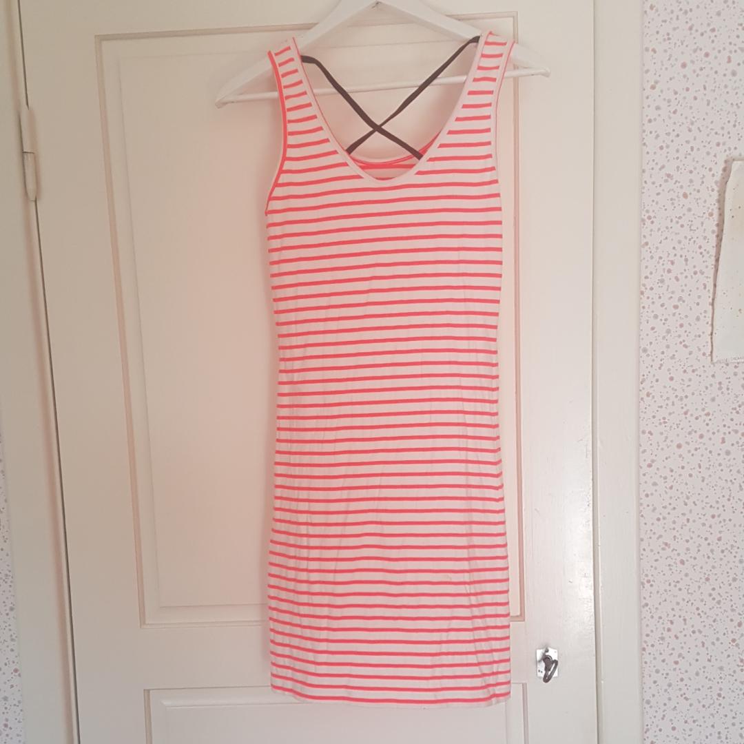 En korallorange klänning med ett svart kors i ryggen. Den är väldigt använd men är i bra skick. Kan mötas upp i Norrtälje eller Uppsala annars står köparen för frakten. . Klänningar.