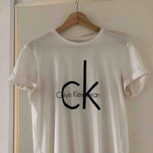 Vit t-shirt från Calvin Klein! Knappt använt denna så den är så gott som ny! Frakt tillkommer
