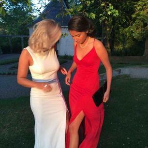 Snygg röd klänning från MANGO. Använd en gång. Är i storlek S men kan även passa XS då jag hade banden på klänningen  uppsydda🌸 Priset kan diskuteras