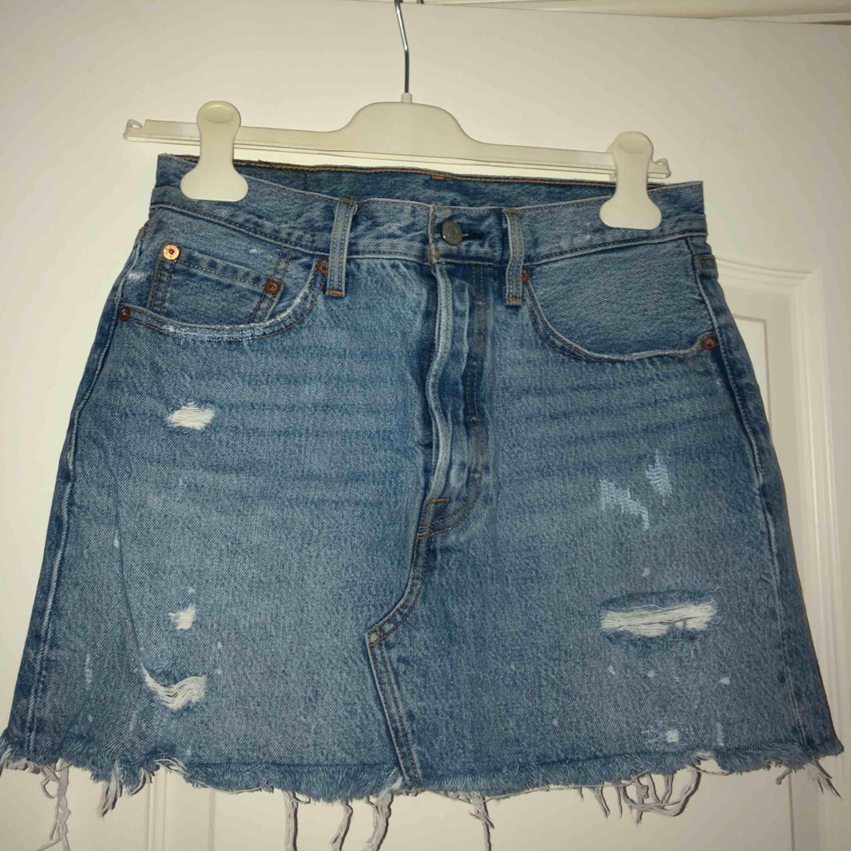 Riktigt snygg kjol med slitningar från Levi's! Använt denna hur många gånger som helst, men den är fortfarande i bra skick!  Frakt tillkommer. Kjolar.