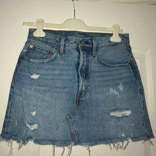 Riktigt snygg kjol med slitningar från Levi's! Använt denna hur många gånger som helst, men den är fortfarande i bra skick!  Frakt tillkommer