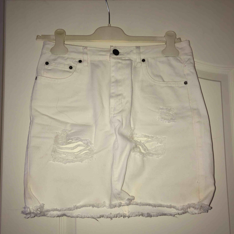 Vit kjol med slitningar från NLY TREND. Frakt tillkommer. Kjolar.