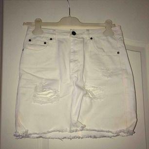 Vit kjol med slitningar från NLY TREND. Frakt tillkommer