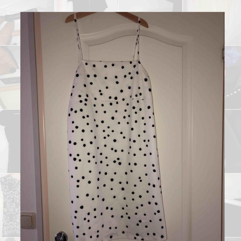 Oerhört söt prickig klänning från Zara! Har bara använt denna en gång så den är i princip som ny😻 Frakt tillkommer. Klänningar.