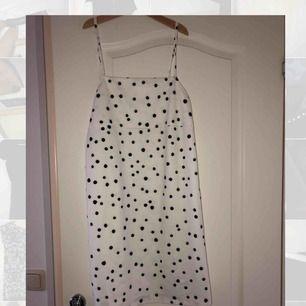 Oerhört söt prickig klänning från Zara! Har bara använt denna en gång så den är i princip som ny😻 Frakt tillkommer