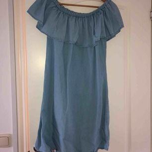 Jättefin och väldigt skön off-shoulder klänning från VILA! Tyvärr hittar jag inte vilken storlek det är men jag skulle nog påstå att det är strl S! Frakt tillkommer