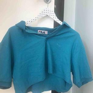 Turkos tröja som jag har cropat själv. Köpt på second hand på herravdelningen,storlek XL. Jag är en S och den passar mig fast den sitter oversized. Kommer ifrån fila, det är inget fel på den