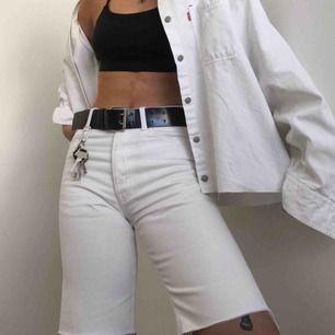 Snyggaste fräschaste vita jeansshortsen!🕊 Skulle säga att de är en liten medium men kollar såklart mer exakt storlek vid förfrågan! Använda fåtal gånger, perfekt skick och bra kvalitet.