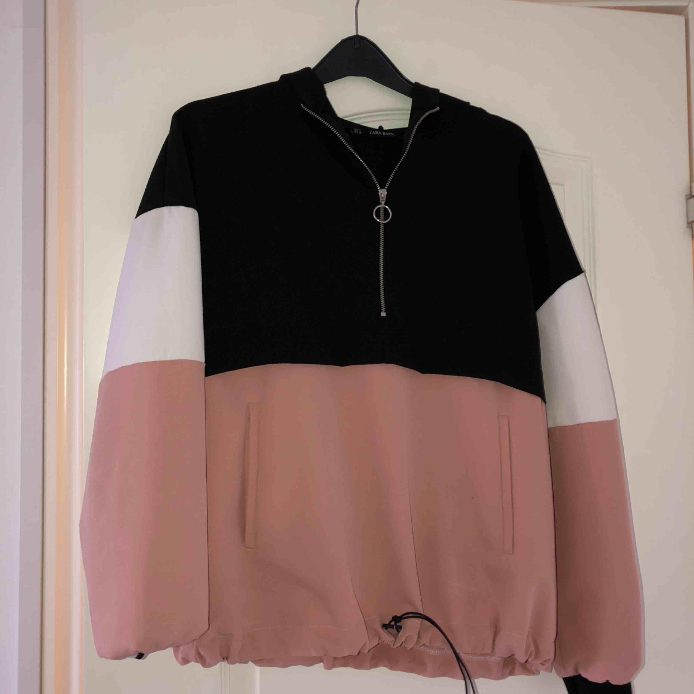 Jättefin och bekväm hoodie från Zara! Använt denna en del och den är verkligen jätteskön! Frakt tillkommer. Huvtröjor & Träningströjor.