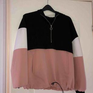 Jättefin och bekväm hoodie från Zara! Använt denna en del och den är verkligen jätteskön! Frakt tillkommer