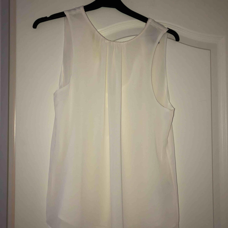Jättesöt vit blus från H&M som jag endast använt en gång! Superfin i ryggen också!! Frakt tillkommer. Blusar.