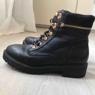 Svarta skor ifrån dinsko Storlek 37 Använda cirka 2 gånger Möts upp i Umeå eller står köparen för frakten