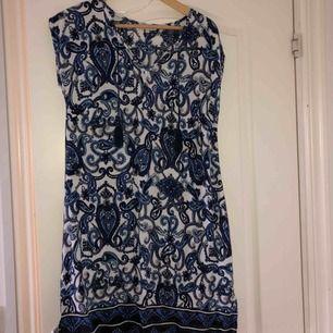 Jättesöt och väldigt skön klänning från Happy Holly! Frakt tillkommer