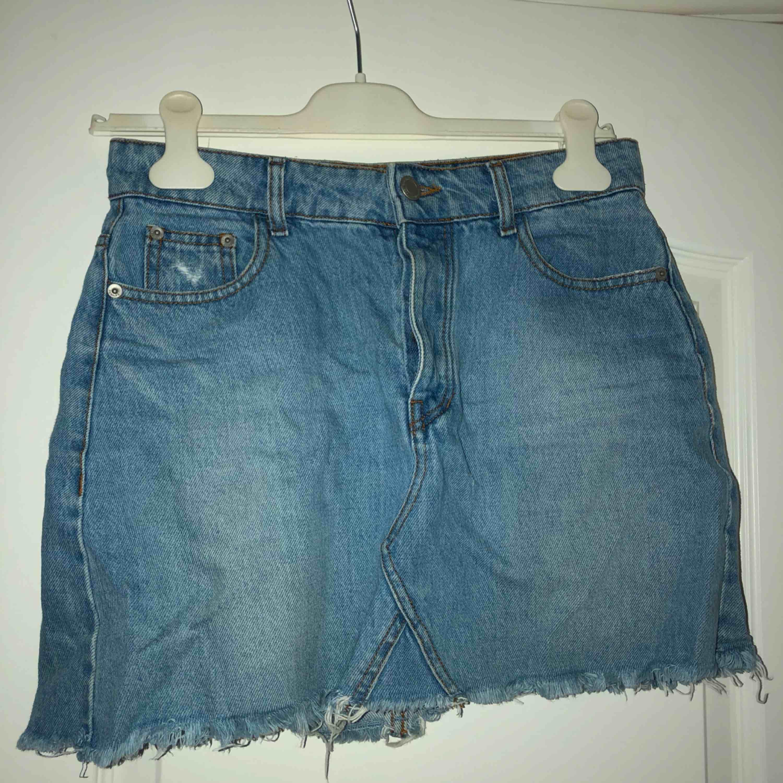 Väldigt fin och simpel kjol från Bershka! Använt denna en del men den är fortfarande i väldigt bra skick! Frakt tillkommer. Kjolar.