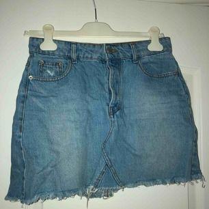 Väldigt fin och simpel kjol från Bershka! Använt denna en del men den är fortfarande i väldigt bra skick! Frakt tillkommer
