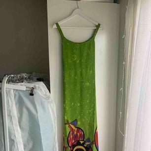 Rolig och fin strandklänning som knyts bak, vilket innebär att set går att anpassa storlek. Aldrig använd. Köparen står för tillkommande frakt✨