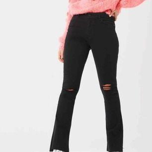 Oanvända bootcut jeans med slitna knän ifrån Ginatricot med prislapp kvar! Strl M men små storlekar då jag vanligt är S, frakten står för köparen och ligger på 47kr!!