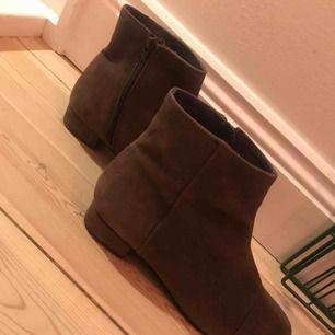helt nya skor från pavement. endast använda i 2 timmar. såå snygga och sköna. storlek 39 hämtas i uppsala eller skickas mot porto