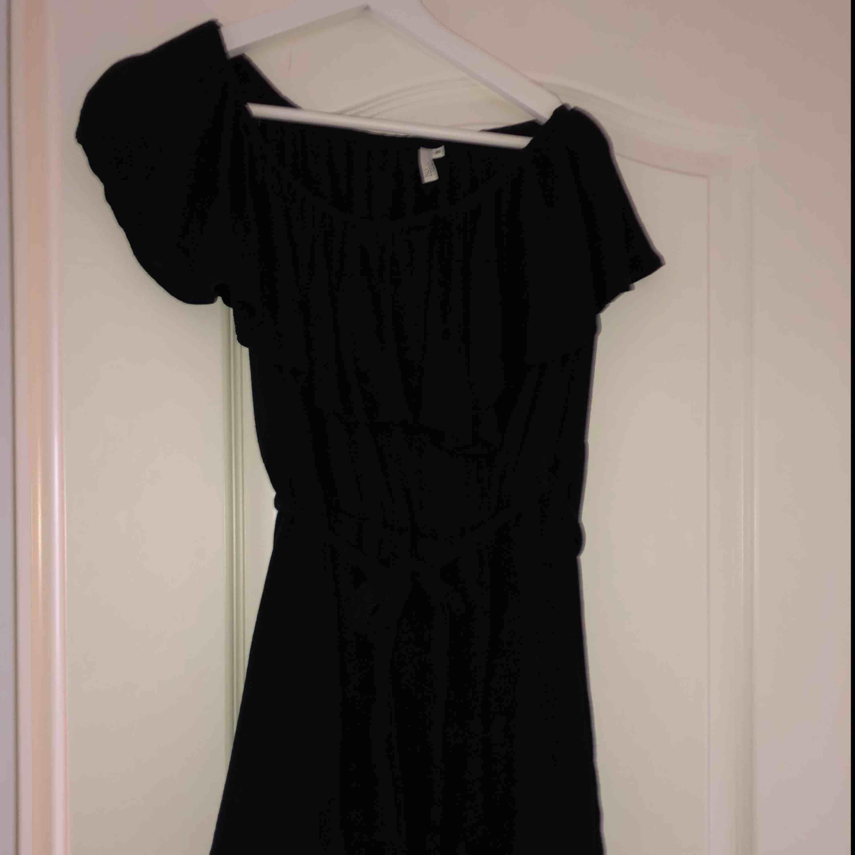 Superskön och enkel off-shoulder klänning från NLY TREND med skärp i midjan. Frakt tillkommer. Klänningar.