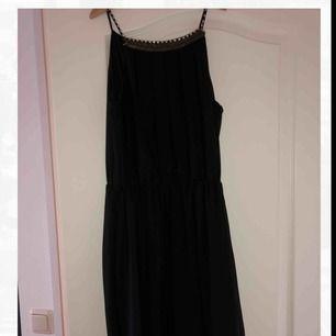 Jättefin svart klänning med detaljer upptill från Morgan de Toi! Frakt tillkommer