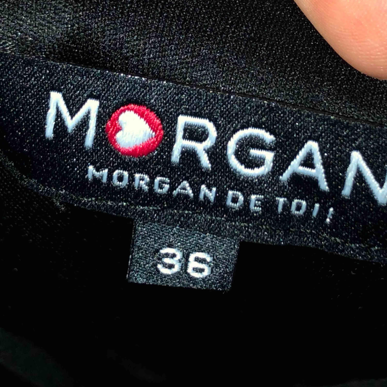 Jättefin svart klänning med detaljer upptill från Morgan de Toi! Frakt tillkommer. Klänningar.