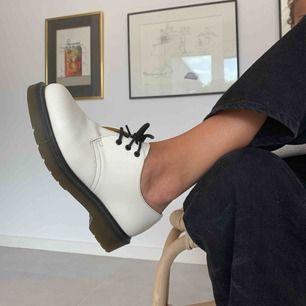 Jag säljer mina supersnygga Dr. Martens som tyvärr har blivit för små. Just denna modell/färgkombination är svår att få tag på och säljs inte längre. Tyvärr har dom fått en svart fläck på vänstra skon (se bild 2). Hör gärna av er vid frågor och intresse!