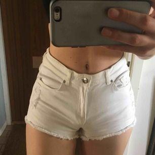 Fina vita korta shorts från H&M, stretchiga så passar både en 34 och 36. Aldrig använda. Rippade på några ställen fram och på ena bakfickan. Kan mötas upp i Stockholm eller skicka mot fraktkostnad