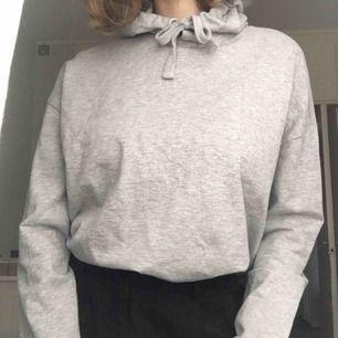 Fin och skön grå hoodie från Lager 157, endast använd 1 gång så nyskick. Storlek S men passar både mindre och större! Kan mötas upp i Stockholm eller skicka mot fraktkostnad (63:- spårbart)