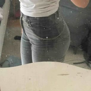 Skit sköna Versace byxor köpta på humana! Dem sitter skit snyggt, ganska korta i benen. Har en kedja som jag har använt till dem vilket kommer på köpet💕  Kan mötas upp i Stockholm