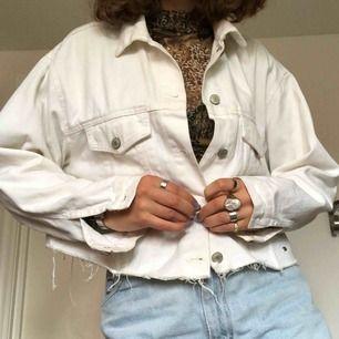 Superfin croppad jeansjacka med slitningar längst ner. Möts gärna upp i stockholm, annars: Frakt: 63kr 💕