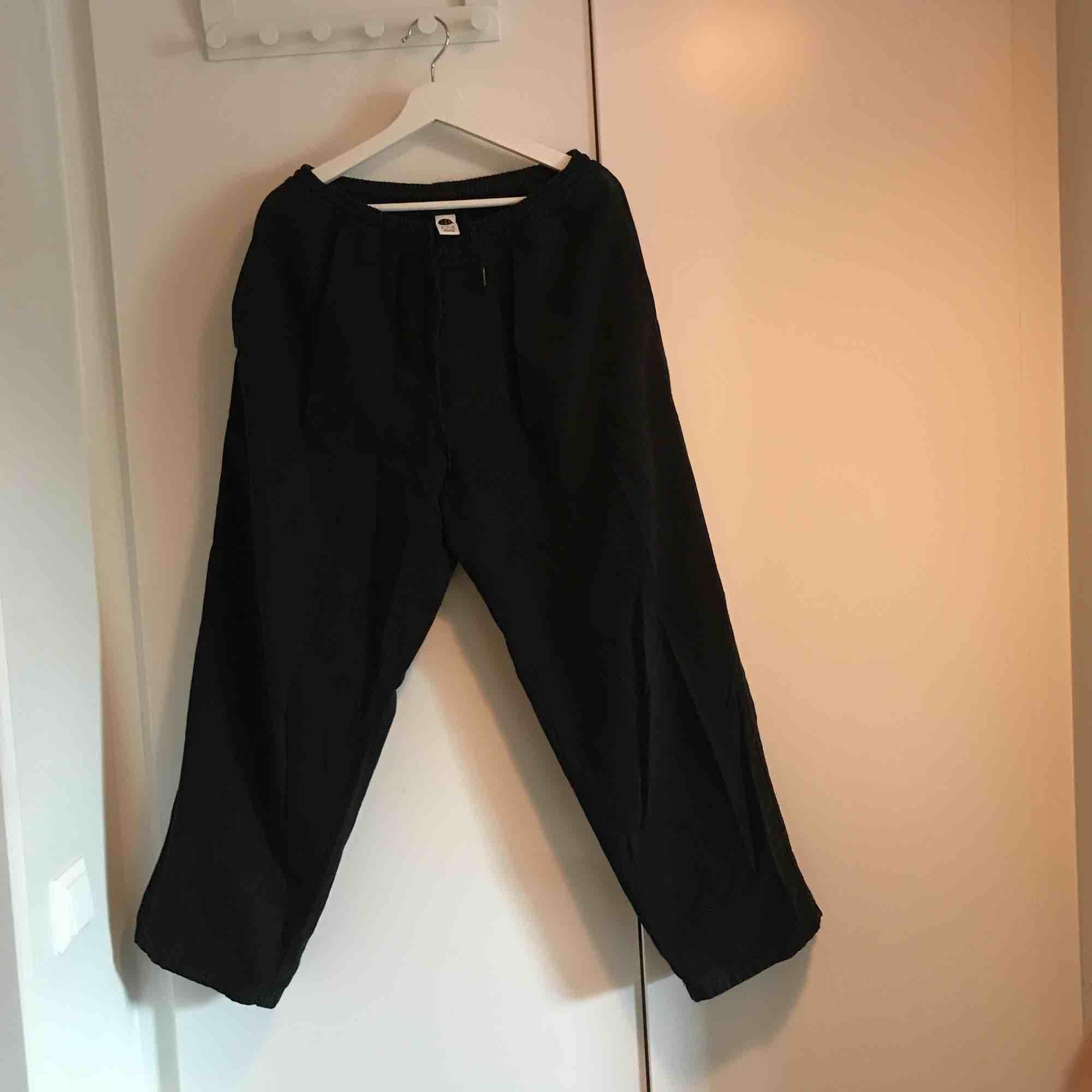 Karate Pants från Polar Skate Co. Baggy fit. Byxorna är i fint skick. Frågor? Skicka ett meddelande så ska jag svara så snabbt jag kan.. Jeans & Byxor.