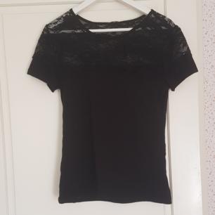 En svart t-shirt med spets. Har använt den några gånger men den är i jätte bra skick. Kan mötas upp i Norrtälje eller Uppsala annars står köparen för frakten.