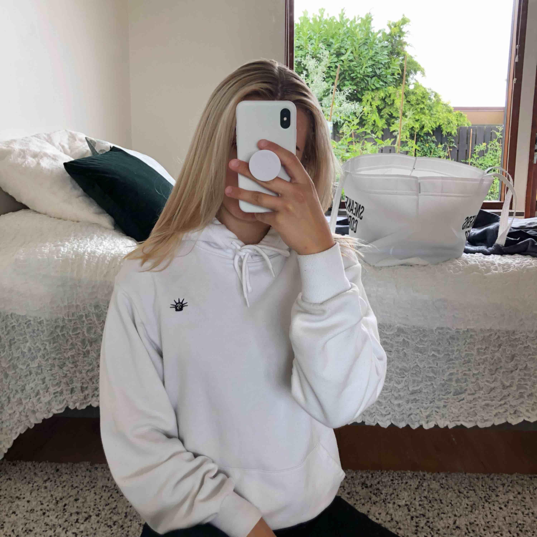 Vit hoddie med tryck från hm. Storlek XS men köpt på herravdelningen så den är lite större. Säljer då jag har en till vit hoodie. Möts upp i malmö eller fraktar. Frakt: 59kr. Huvtröjor & Träningströjor.