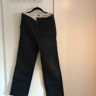 Mörkblå byxor från Dickies i modellen Slim Straight, storlek 30x32. Lite slitna i och med skateboardåkning. Frågor? Skicka ett meddelande så ska jag svara så snabbt jag kan.