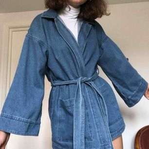 Superfin jeansjacka från nakd med bälte. knappt annvänd, i väldigt bra skick! Frakt: 63kr💕 RESERVERAD TILLS VIDARE