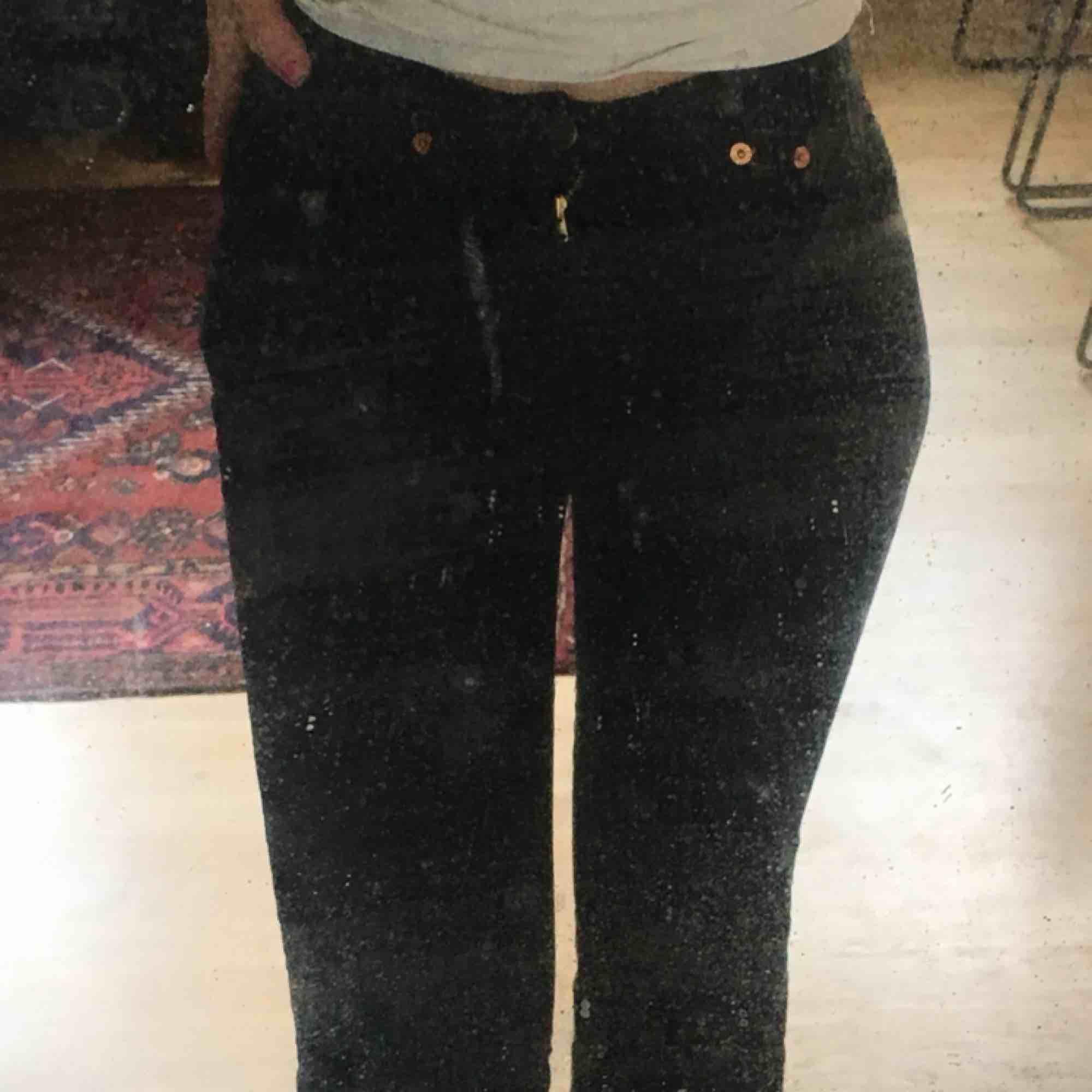 Skit snygga Levis bootcut jeans! Dem är bra längd för mig och jag är 164. Dem är trasiga på ett ställe(3:e bild) men annars i bra skick💕. Jeans & Byxor.
