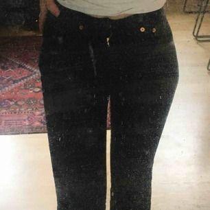 Skit snygga Levis bootcut jeans! Dem är bra längd för mig och jag är 164. Dem är trasiga på ett ställe(3:e bild) men annars i bra skick💕