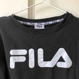FILA college tröja köpt i Australien. Sjukt skön och knappt använd!