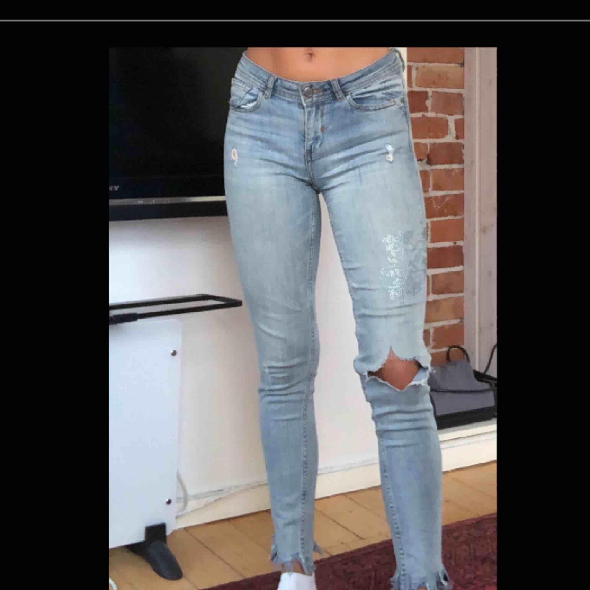 Jätte snygga jeans från zara som tyvärr är lite för små för mig. Använda fåtal gånger. . Jeans & Byxor.