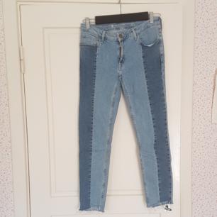 Ett par super skinny sydnee low waist jeans i strl. 31. Har använt två gånger så de är i jätte bra skick. Kan mötas upp i Norrtälje eller Uppsala annars står köparen för frakten.