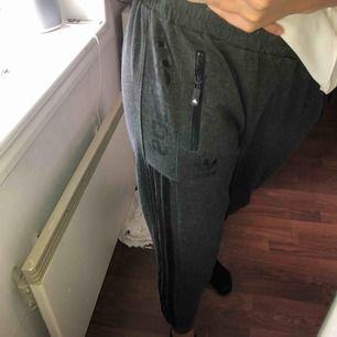 Fett snygga Adidas mjukisbyxor. Gråa med svarta ränder. Uppskattas som en strlS. Finns att hämta i Östersund annars står köparen för frakten💕