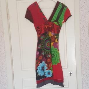 En klänning som är mycket använd men i bra skick. Kan mötas upp i Norrtälje eller Uppsala annars står köparen för frakten.